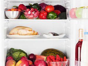 Kühlschrank mit Gemüse und Fleisch